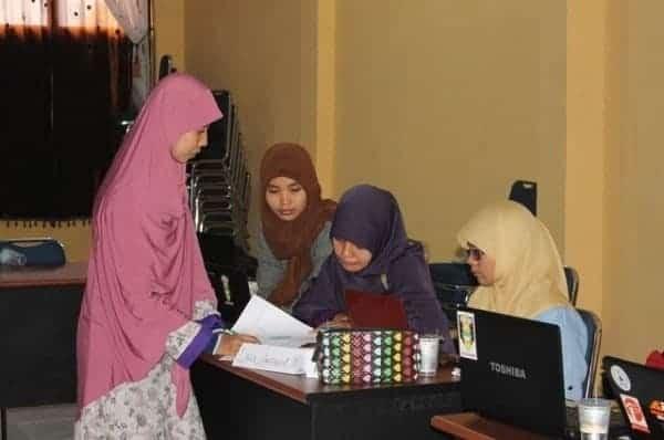 Berdiskusi bersama fasilitator pelatihan