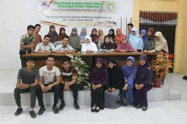 Berfoto bersama Peserta Pelatihan Karya Tulis Ilmiah